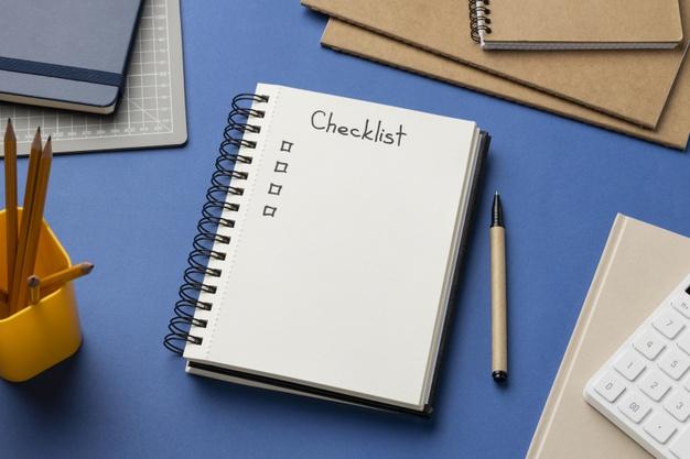 cuaderno-vista-superior-lista-verificacion-escritorio-lapiz-lapices-azul