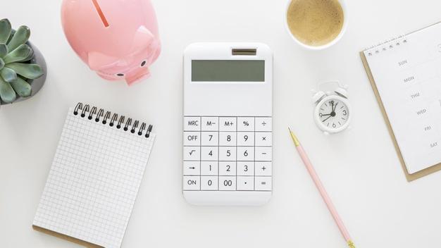elementos-financieros-calculadora-bloc-notas-planta-blanco-cerdo-hucha-rosa