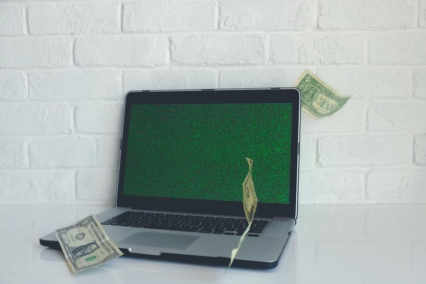 macbook-apple-portatil-ordenador-pantalla-verde-dolares-dinero-blanco