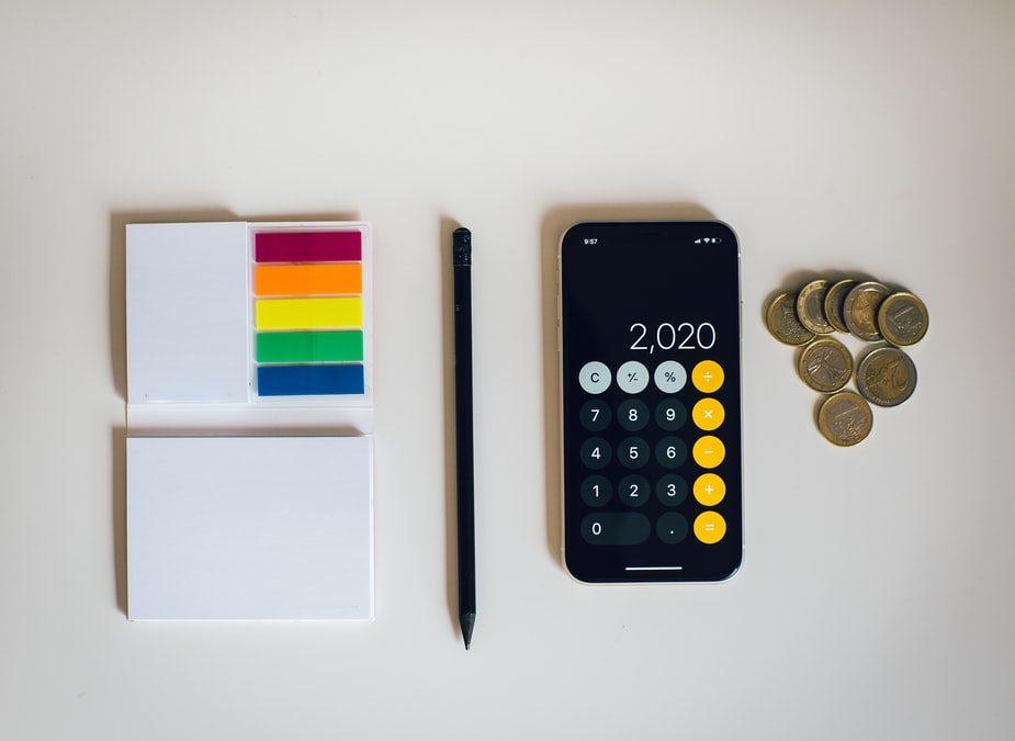 movil-calculadora-monedas-boligrafo-lapiz-negro-posit-colores