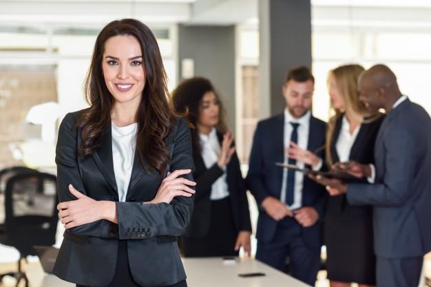 ¿Qué porcentaje de mujeres trabajadoras en España ocupan cargos directivos?
