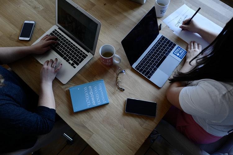 ordenadores-macbook-escribir-trabajar-mujeres