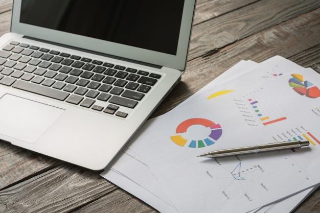 portatil-documentos-negocios-coloridos-apple-mac-madera-boligrafo-iva-impuestos